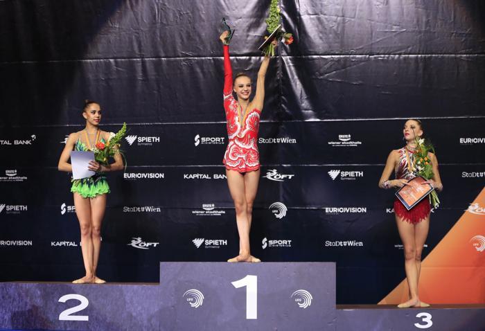 Дарья Сватковская стала первой в упражнении с обручем, Маргарита Мамун взяла серебро. Фото: ALEXANDER KLEIN/AFP/Getty Images