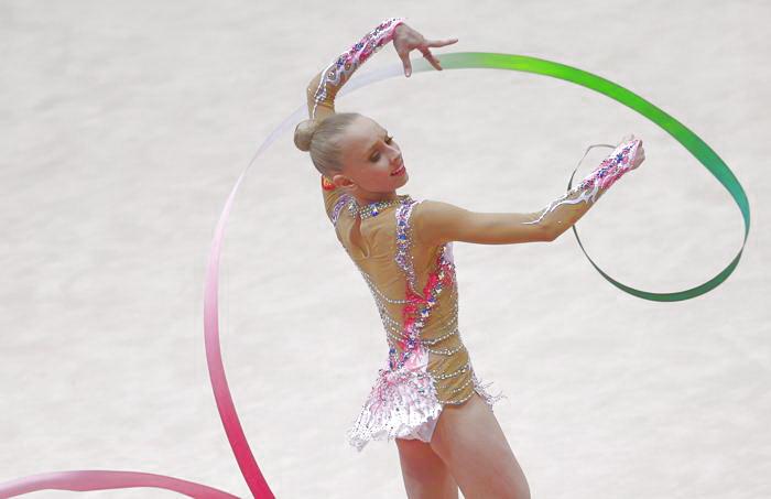 Яна Кудрявцева стала второй в упражнении с лентой. Фото: ALEXANDER KLEIN/AFP/Getty Images
