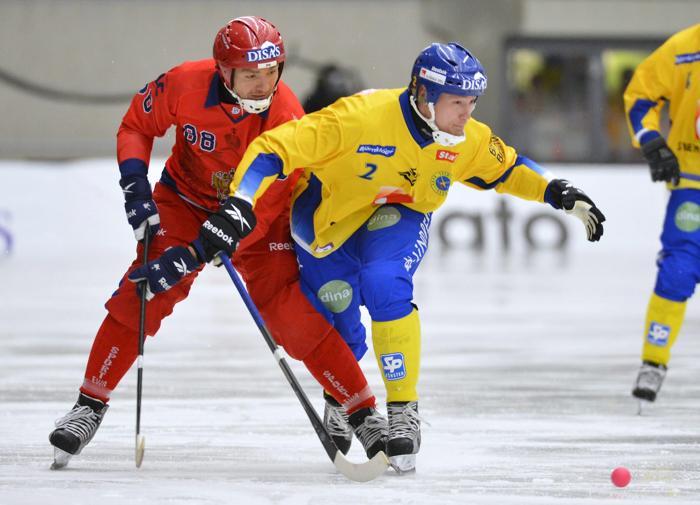 Фоторепортаж с финального матча чемпионата мира по хоккею с мячом между Россией и Швецией 3 февраля 2013 года, Венерсборг, Швеция. Фото: ANDERS WIKLUND / SCANPIX/AFP/Getty Images