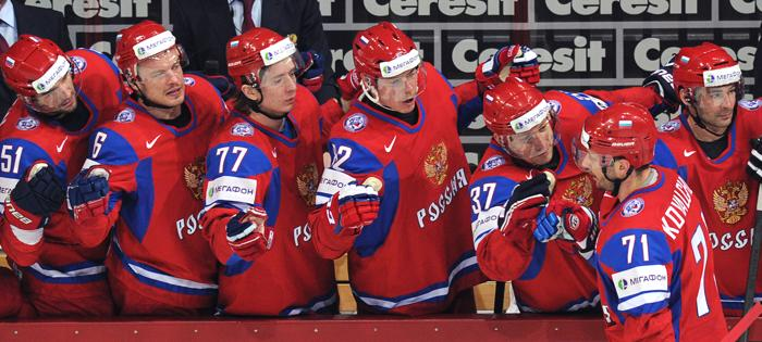 Команда поздравляет Илью Ковальчука с забитой шайбой на матче Чемпионата мира Россия-США. Фото: ALEXANDER NEMENOV/AFP/Getty Images