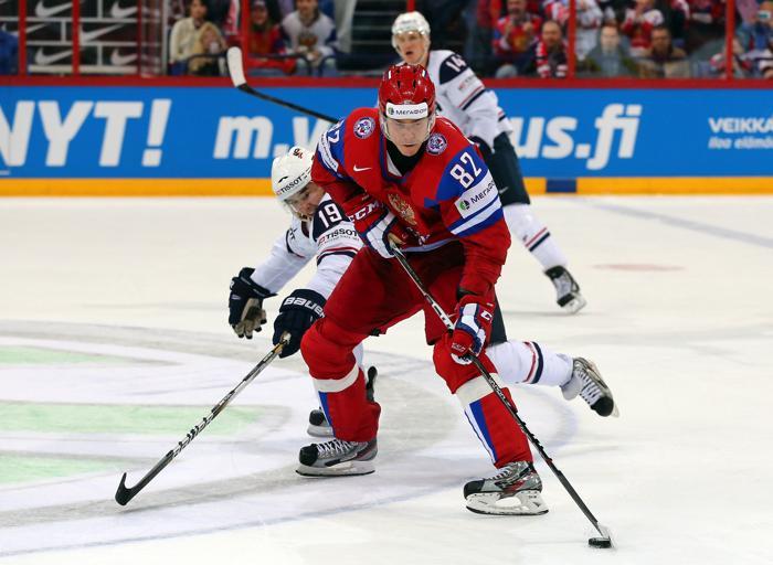 Евгений Медведев (п) и Тим Степлтон борются за шайбу на матче Чемпионата мира Россия-США. Фото: Martin Rose/Bongarts/Getty Images
