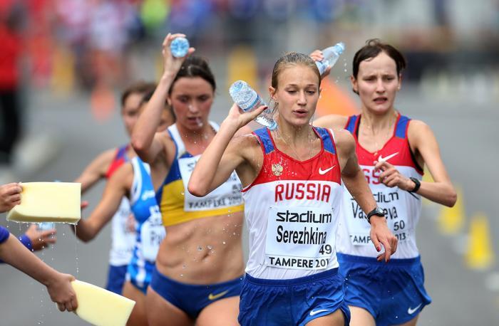 Наталья Серёжкина (ц) и Светлана Васильева (п) на дистанции 20 километров Чемпионата Европы среди молодёжи 10 июля 2013 года в Тампере. Фото: Ian MacNicol/Getty Images