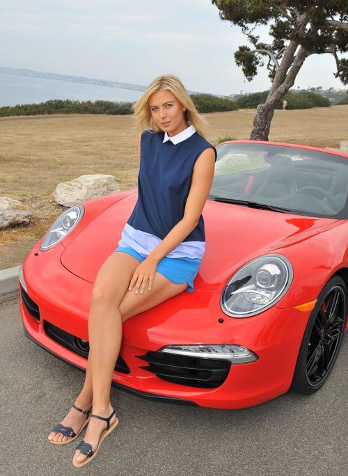Мария Шарапова приняла участие в фотосессии спортивных автомобилей Porsche в Манхэттен Бич (Калифорния) 11 июля 2013 года. Фото: Angela Weiss/Getty Images for Porsche