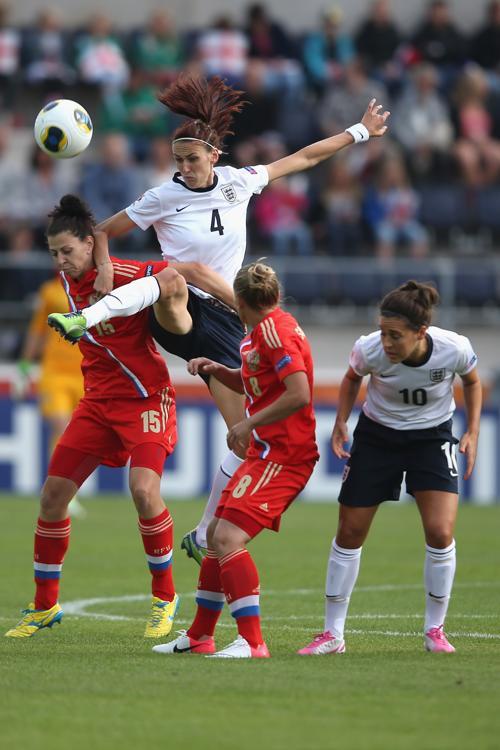 Россиянки и англичанки сыграли вничью на чемпионате Европы в Линчепинге (Швеция) 15 июля 2013 года. Фото: Christof Koepsel/Getty Images