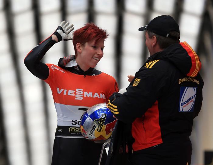 Немка Аня Хубер празднует 3 место в скелетоне в Сочи и 2 место в общем зачёте. Фото: Richard Heathcote/Getty Images