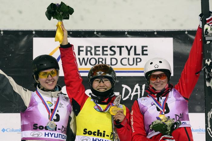 Победители Кубка мира по фристайлу в лыжной акробатике среди женщин. Фото: JAVIER SORIANO/AFP/Getty Images
