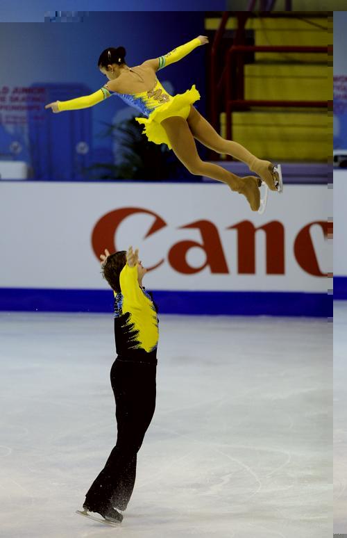 Российские фигуристы Лина Федорова и Максим Мирошкин на юниорском Чемпионате мира в Милане 27 февраля 2013 года. Фото: Claudio Villa/Getty Images