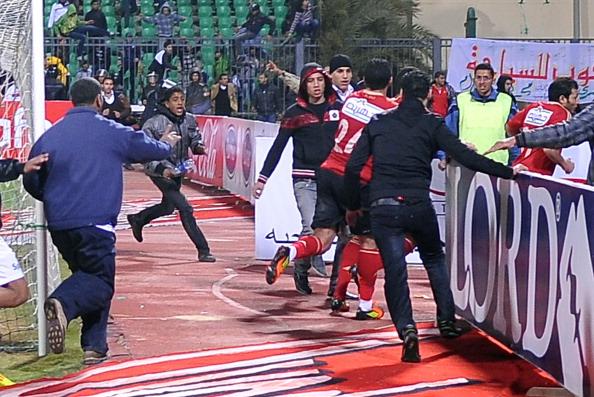 Фоторепортаж о побоище на футбольном поле в Египте. Фото: should read -/AFP/Getty Images