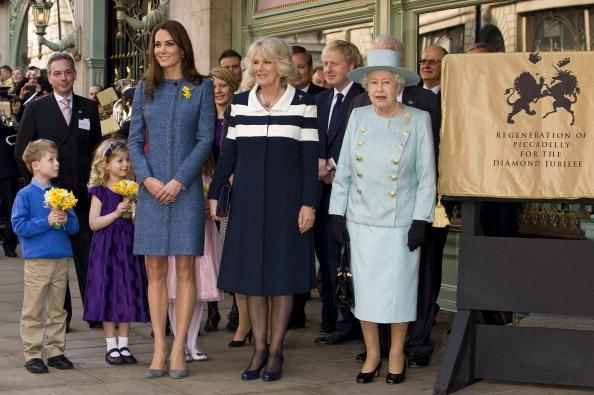 Елизавета II открыла мемориальную доску в Лондоне в честь восстановления Пикадилли. Фоторепортаж. Фото: Jeff Spicer - WPA Pool/Getty Images