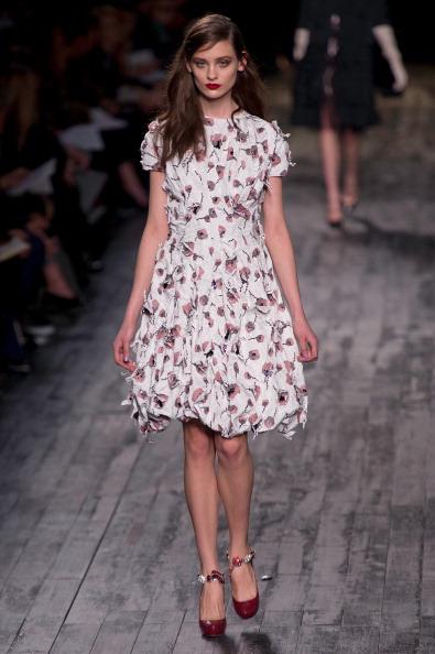Парижская мода: платья и аксессуары из коллекции Nina Ricci. Фоторепортаж. Фото: PIERRE VERDY/AFP/Getty Images