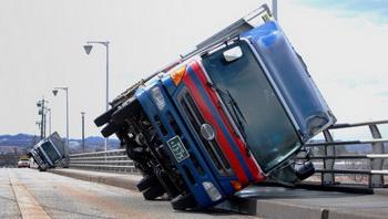 Ураган в Японии порывами ветра свалил на мосту в городе Тояма на бок два грузовика. Фото: JIJI PRESS/AFP/Getty Images