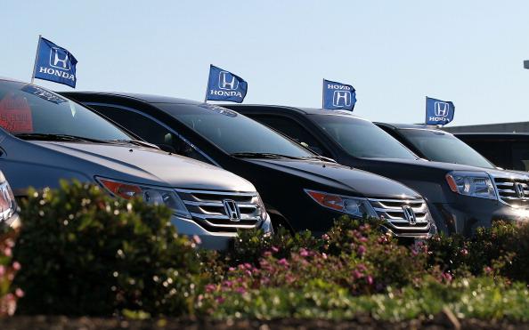 Ряд новых автомобилей Honda Odyssey на автомобильном заводе Marin Honda 2 декабря в Сан-Рафаэль, Калифорния.  Фото:  Justin Sullivan/Getty Images