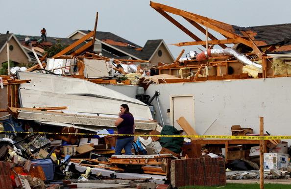 Торнадо в Техасе разрушили более 300 домов. Жители в Арлингтоне на месте разрушенных домов разыскивают свои вещи. Фото: Tom Pennington/Getty Images