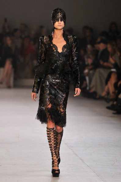 Экстравагантные наряды от дома моды Alexander McQueen на Неделе моды в Париже. Фото: Pascal Le Segretain/Getty Images