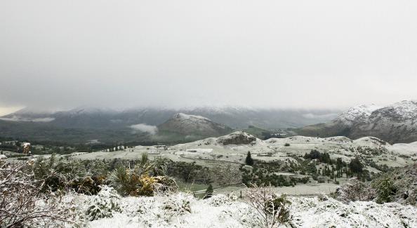 Снег засыпал дома, машины и дороги в Квинстауне. Фото: Teaukura Moetaua/Getty Images