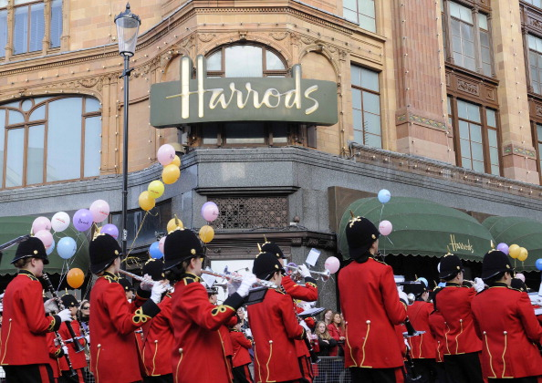 Рождественский парад от Harrods прошел по улицам Лондона. Фото: Steve Finn/Harrods via Getty Images