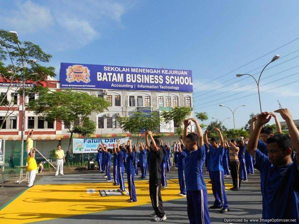 Упражнения Фалуньгун изучают в школе бизнеса SMK в Индонезии. Фоторепортаж. Фото с сайта  minghui.org