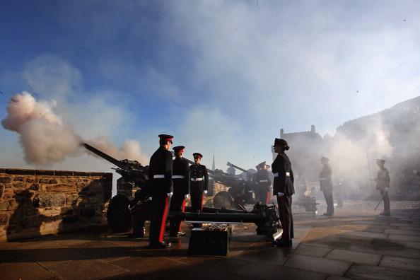 Салют Королевского артиллерийского полка в честь  60-летия правления Королевы Елизавета II в Эдинбурге.  Фоторепортаж. Фото: Jeff J Mitchell/Getty Images