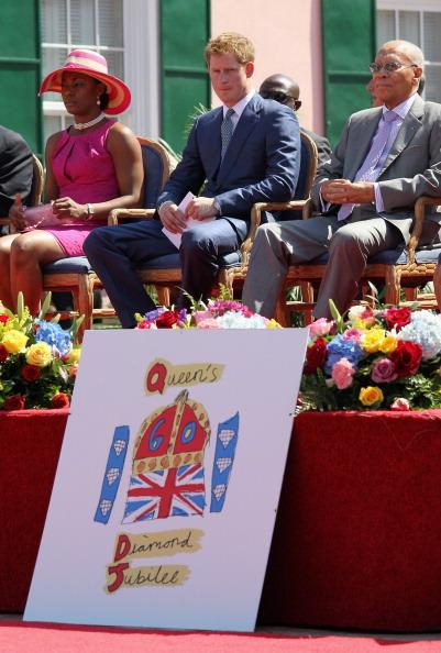 Принц  Гарри на Багамских островах открыл юбилейную выставку королевы Елизаветы II. Фоторепортаж. Фото: Mark Large - WPA Pool /Getty Images