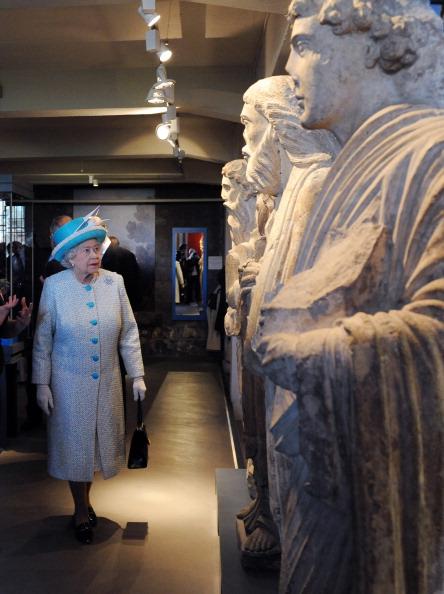 Королева Елизавета II смотрит на ряд каменных статуй во время визита в музей Йоркшира после службы в Йоркском соборе.  Фоторепортаж. Фото: Arthur Edwards/WPA Pool/Getty Images