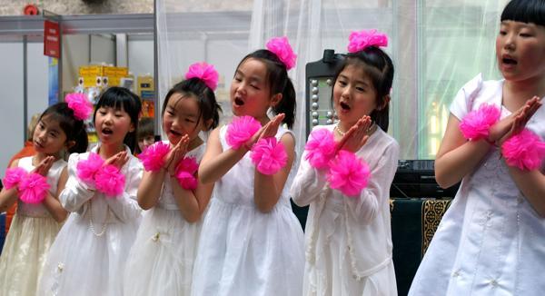 Юные ученики школы Фалуньгун исполняют песню во время выставки здоровья в Дублине. Фоторепортаж. Фото с сайта  minghui.org