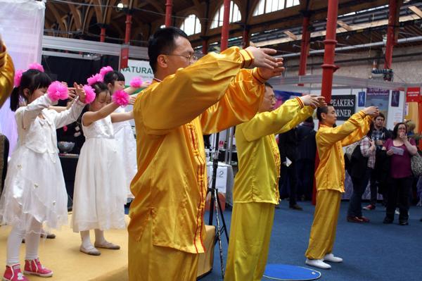 Практикующие Фалуньгун демонстрируют упражнения во время выставки здоровья в Дублине. Фоторепортаж. Фото с сайта  minghui.org