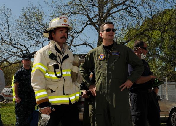Начальник пожарной службы Вирджиния-Бич Стивер Ковер (Steven Cover) и командир 106-й эскадрильи истребительной (ЛЖК) Скотт Кнапп (Scott Knapp) рядом с местом крушения истребителя F/A-18D Hornet в окрестном дворе  в Вирджиния-Бич, штат Вирджиния. Фоторепортаж. Фото: Antonio P. Turretto Ramos/U.S. Navy via Getty Images