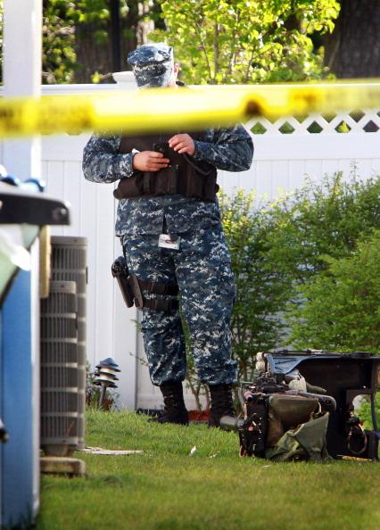 Истребитель F/A-18D Hornet ВМС США врезался в жилой комплекс, пострадали семь человек. Морской следователь ВМС стоит рядом с местом крушения истребителя F/A-18D Hornet в окрестном дворе  в Вирджиния-Бич, штат Вирджиния. Фоторепортаж. Фото: Antonio P. Turretto Ramos/U.S. Navy via Getty Images
