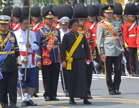 В центре  — тайская принцесса Маха Чакри Сириндорн (Maha Chakri Sirindhorn) во время парада королевского церемониала кремации принцессы Bejaratana Rajasuda Sirisobhabannavadi в Санам Луанг в Бангкоке 9 апреля 2012 года. Фоторепортаж. Фото: PORNCHAI KITTIWONGSAKUL/AFP/Getty Images