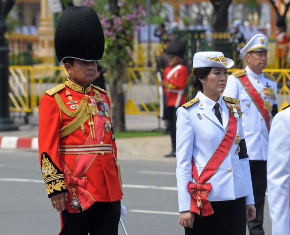Премьер-министр Таиланда Yingluck Shinawatra и генерал армией General Prayut Chan-O-Chaparade во время парада королевского церемониала кремации принцессы Bejaratana Rajasuda Sirisobhabannavadi в Санам Луанг в Бангкоке 9 апреля 2012 года. Фоторепортаж. Фото: PORNCHAI KITTIWONGSAKUL/AFP/Getty Images