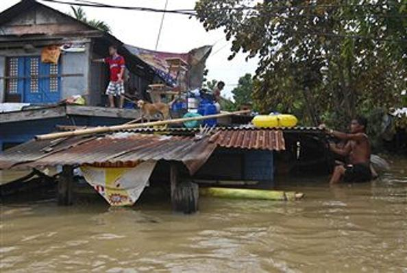Тайфуны Nesat и Nalgae, обрушившиеся на Филиппины, унесли жизни 55 человек. Фото:  Dondi Tawatao/Getty Images