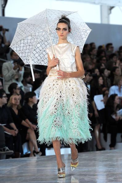 Аксессуары из коллекции Louis Vuitton  на Неделе моды в Париже сезона  весна- лето- 2012. Фото: Pascal Le Segretain/Getty Images