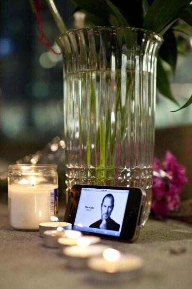 Скончался Стив Джобс – основатель Apple.  Фоторепортаж о памятных мероприятиях. Фото: Kevork Djansezian /Andrew Burton/ TIMOTHY A. CLARY/AFP/Getty Images
