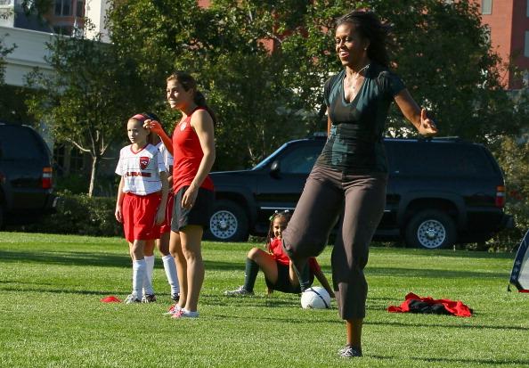 Фоторепортаж о Мишель Обаме, играющей в футбол с детьми на Южной лужайке Белого дома. Фото: JIM WATSON/AFP/Getty Images