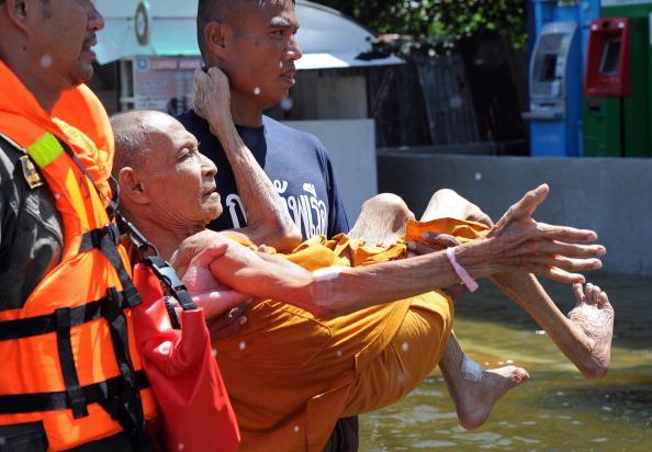 Наводнение в тайском Аюттхае затопило древний храм и загон для слонов. Фото: Paula Bronstein /PORNCHAI KITTIWONGSAKUL/AFP/Getty Images