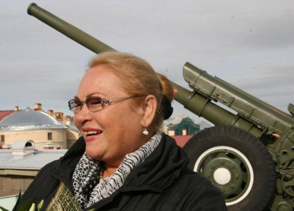 Нина Усатова отметила свой 60-летний юбилей. Нина Усатова стреляла из пушки. Фото: Николай Вольский/БалтИнфо