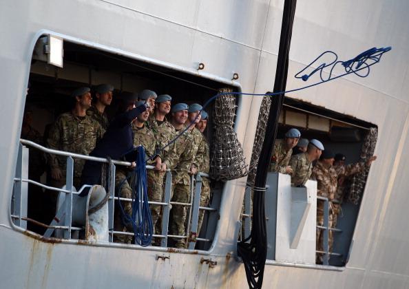 Фоторепортаж о возвращении HMS Ocean домой после операции в Ливии. Фото: Matt Cardy/Getty Images