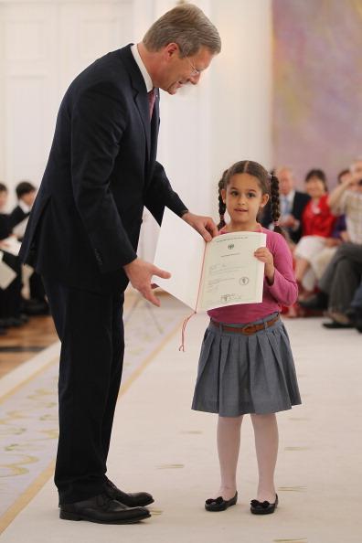 Фоторепортаж о президенте Германии Кристиане Вульфе, вручающем  в Бельвью сертификаты новым гражданам Германии. Фото:  Sean Gallup/Getty Images