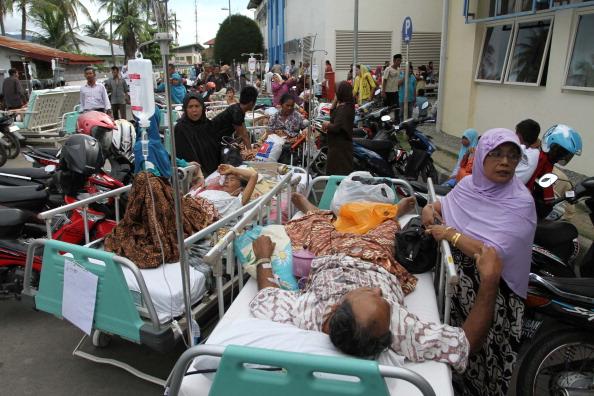 После мощного землетрясения на Суматре в провинции Ачех была объявлена эвакуация людей.  Фоторепортаж. Фотоо: STR/AFP/Getty Images
