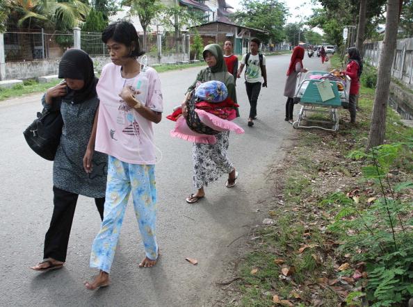 После мощного землетрясения на Суматре Тихоокеанский центр по предупреждению угрозы цунами (PTWC) сообщил об отмене угрозы ожидавшегося  цунами. Фоторепортаж. Фотоо: STR/AFP/Getty Images