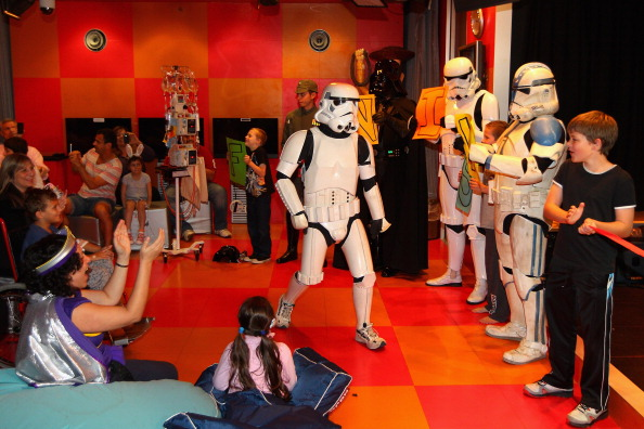 Штурмовик из «Звёздных войн» Якоб Френч посетил детский госпиталь в Сиднее.  Фоторепортаж. Фото: Cameron Spencer/Getty Images