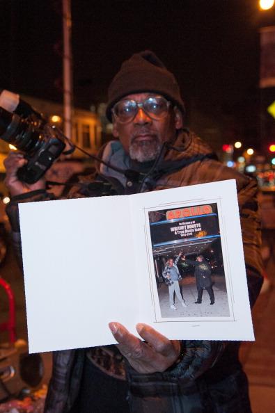 В память Уитни Хьюстон в Нью-Йорке.  Фоторепортаж. Фото: Taylor Hill, Kevin Winter, JOE KLAMAR/AFP/Getty Images