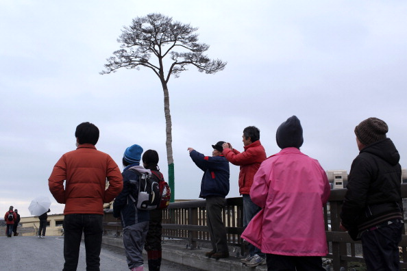 Год после землетрясения, цунами и аварии на «Фукусимt-1» - день поминовения прошел в Японии. Фоторепортаж. Фото: Daniel Berehulak,YOSHIKAZU TSUNO/AFP/Getty Images
