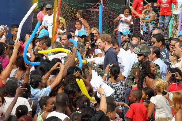 Принц Гарри в Бразилии побывал в фавелах Рио-де-Жанейро. Фоторепортаж. Фото: Chris Jackson / Getty Images