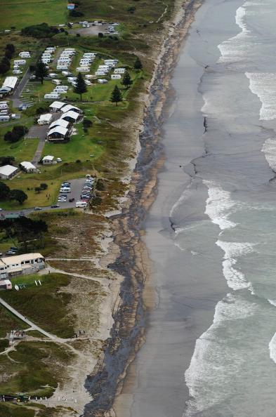 За разлив нефти капитану судна Rena предъявлен штраф в 80 тысяч долларов. Фоторепортаж с побережья. Фото: Mike Hewitt/Getty Images