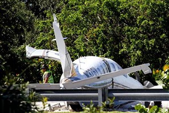 Небольшой самолет потерпел крушение близ Голливуда. Фоторепортаж с места аварии. Фото: (Sarah Dussault/Sun Sentinel/MCT via Getty Images