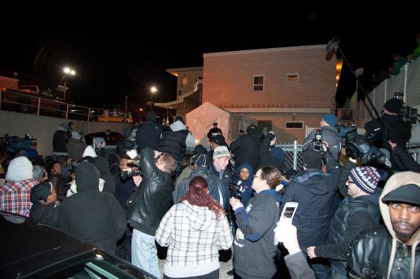 Тело Уитни Хьюстон перевезли в Нью-Джерси.  В родном городе 13 февраля  траурный кортеж, прибывший из Лос-Анджелеса,  встречали семья и мать певицы Кисси Хьюстон, родственники, друзья и многочисленные поклонники. Фоторепортаж. Фото: D Dipasupil/Getty Images