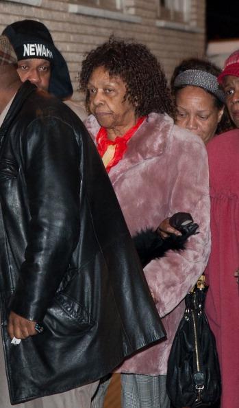 Тело Уитни Хьюстон перевезли в Нью-Джерси.  В родном городе 13 февраля  траурный кортеж, прибывший из Лос-Анджелеса,  встречали семья и мать певицы Кисси Хьюстон. Фоторепортаж. Фото: D Dipasupil/Getty Images