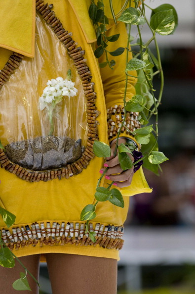Наряды из природных материалов и живых растений на шоу Biofashion Habitat. Фото: LUIS ROBAYO/AFP/Getty Images