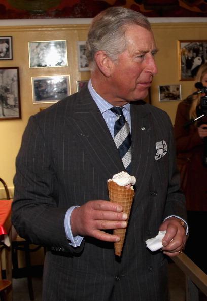 Камилла и принц Чарльз в Дании зашли в старейший датский магазин мороженного  Brostrжde Flшde-IS. Фоторепортаж. Фото: Chris Jackson - Pool/Getty Images